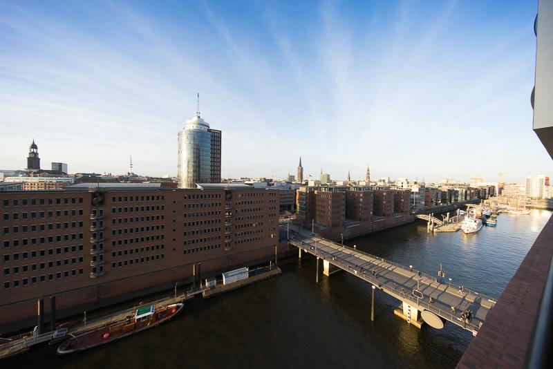 プラザ外周からはハンブルク市内方向も眺めることができる。