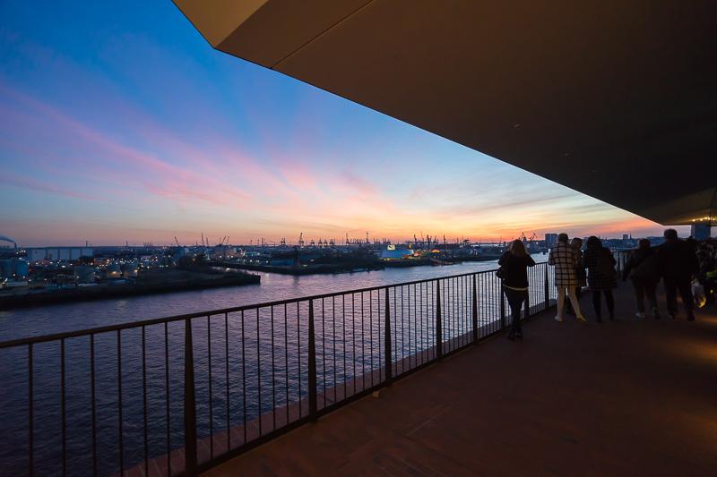 プラザ外周から見た港の夕景