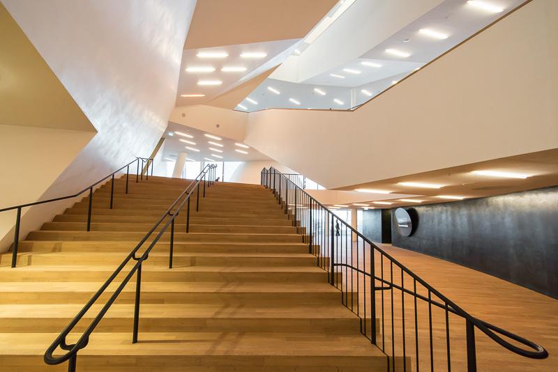 グランドコンサートホールのホワイエ。水平と垂直以外のラインを多用した斬新なデザイン