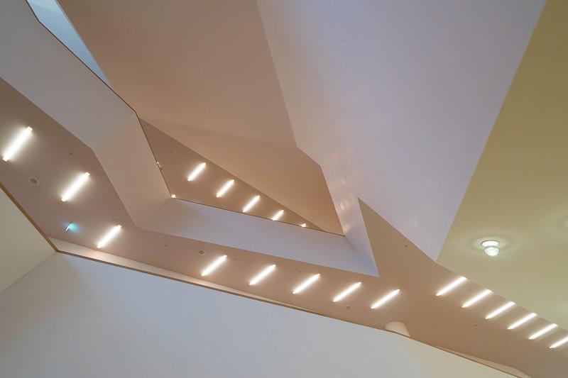 傾きの異なるラインが織りなすアートにしばし見惚れる。白を基調に薄い色の木材が使われている