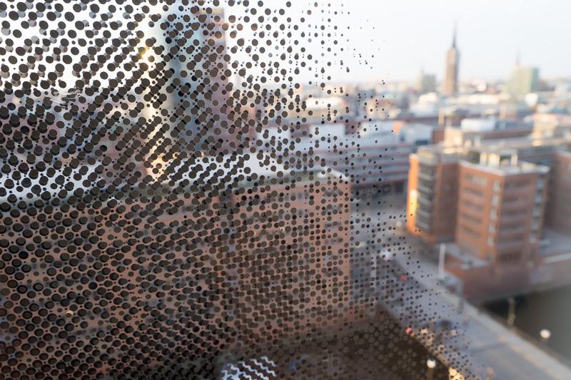 ガラス窓の周囲には細かなドットがプリントされグラデーションを作っている。よく見るとレイヤーの異なる2色を使い立体感を出している