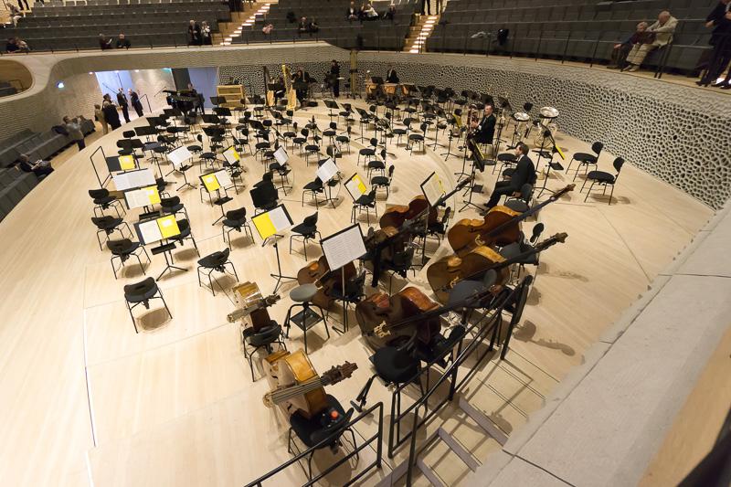 ステージ近景。ステージ後方には穴のあいたホワイトスキンで音質を調整している