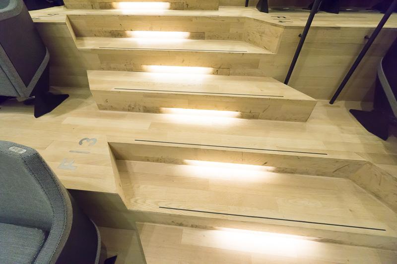 座席に向かう階段