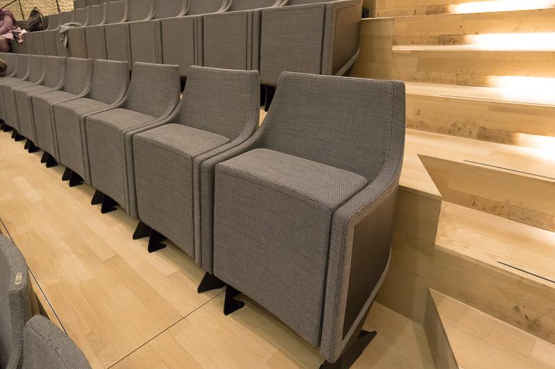 座席。上げた状態でスムーズなラインを描く。座面は厚い