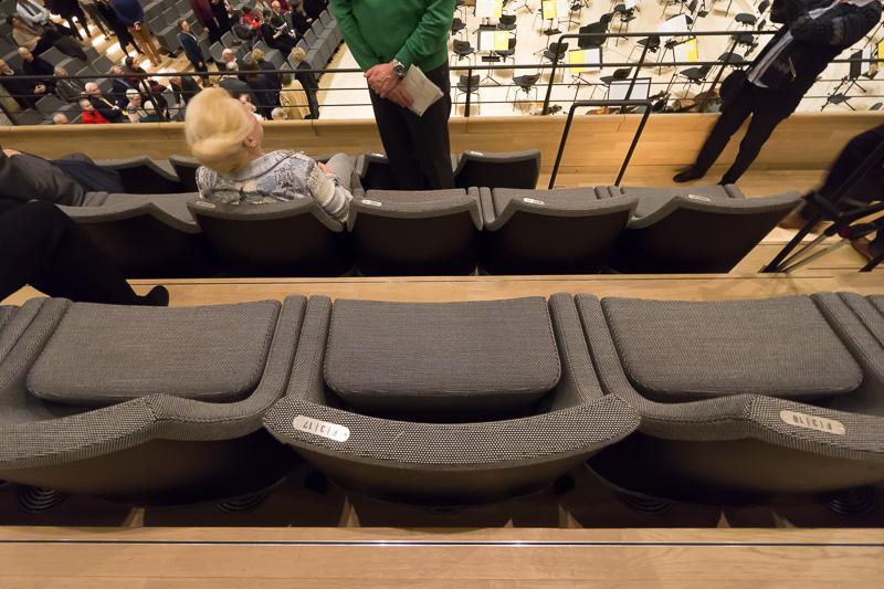 座席間や足下スペースはタイト。途中の座席に入るには、周囲に立ち上がってもらう必要がある