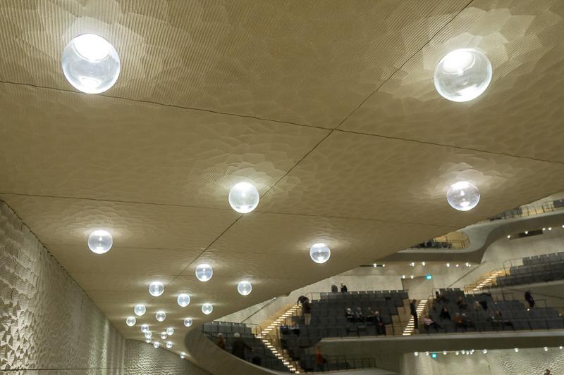 通路の照明は球形がランダムに配置されている