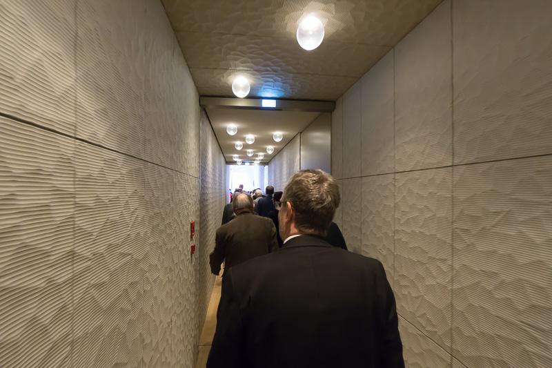 ホールと外につながる通路。扉はなく壁で吸音している