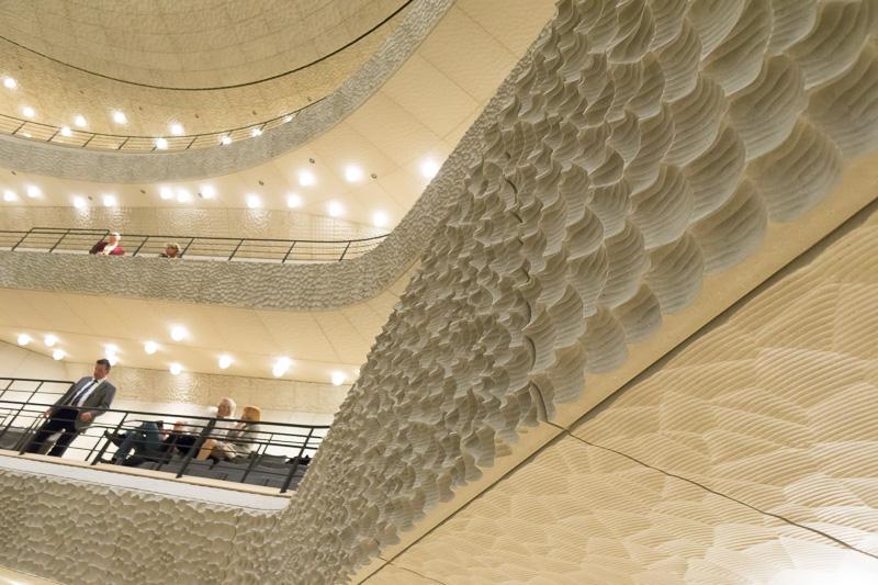 壁面に貼られた音響調整用のホワイトスキン