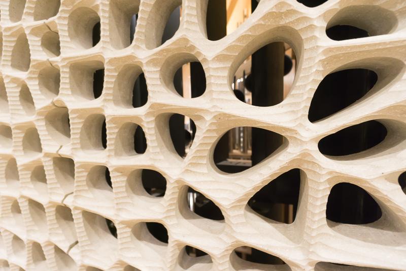 この大きめの穴があいたホワイトスキンの裏にはパイプオルガンのパイプが設置されている。音が透過する