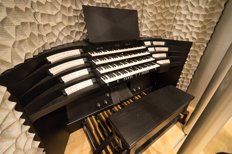 パイプオルガンの演奏をする鍵盤部分
