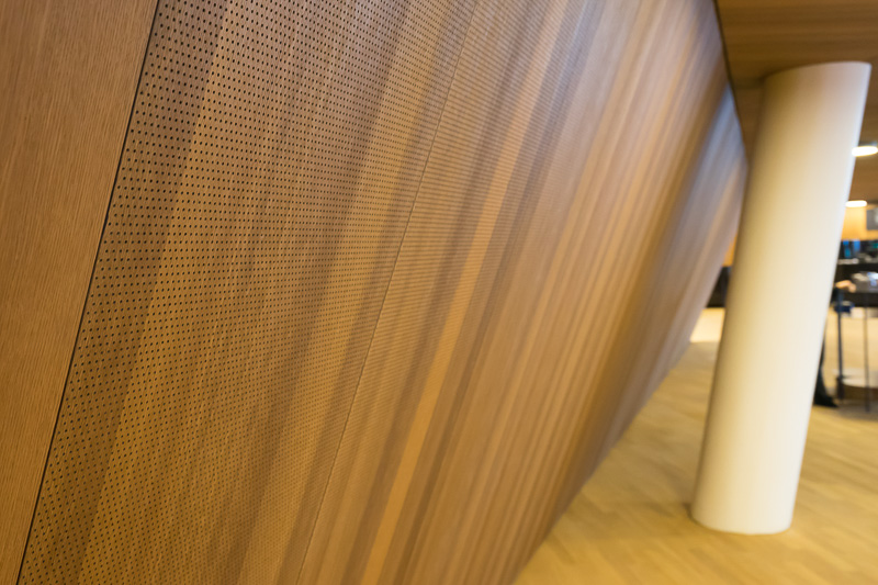 リサイタルホール周辺壁の防音壁。小さな穴があいている