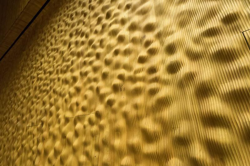 全体の壁は、波打つ形状の木製ボードで音質を調整している