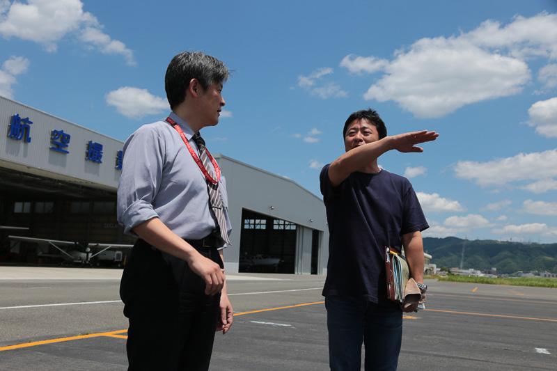 空撮のルート、撮影機との位置関係、緊急時の対応などを確認する船場氏