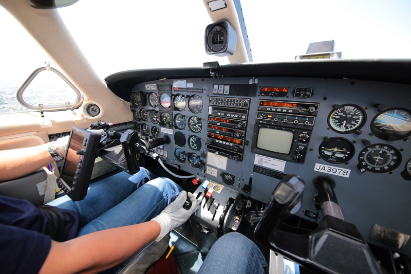 遅いセスナに合わせるため、エンジン出力を絞る。機内はときおり速度低下の警報が鳴っていた