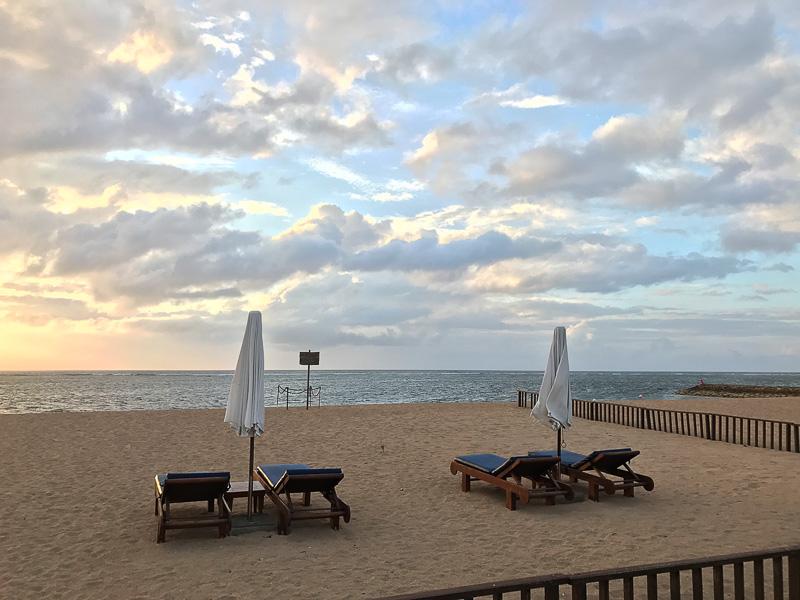 朝7時前、ホテルのビーチ