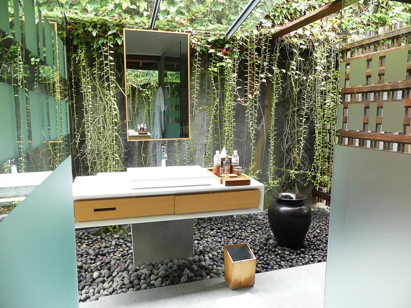 グリーンに囲まれたバスルーム