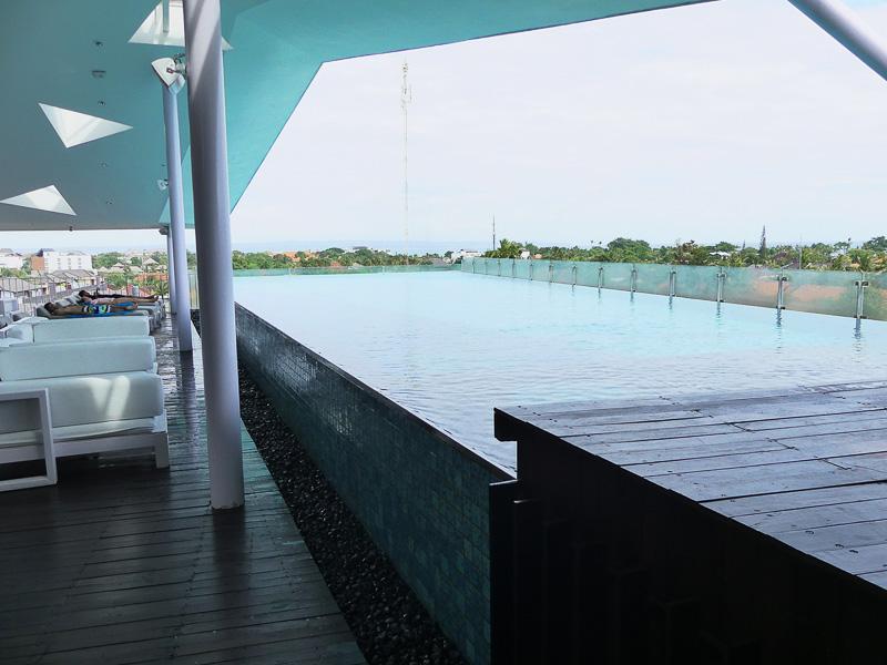 屋上にはプール! フィットネスセンターもあります
