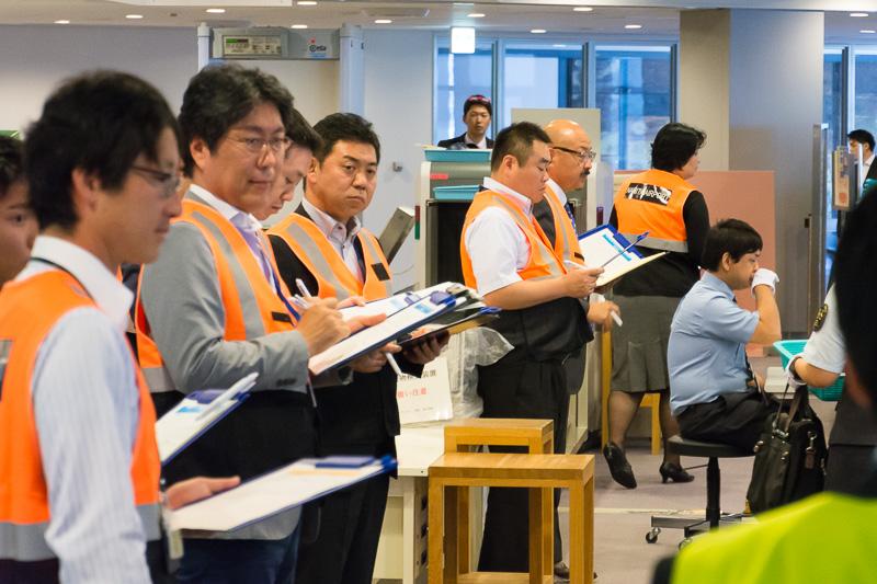 審査員はオレンジのベストを着用。SSC役員やNAAの保安警備部などが審査にあたった