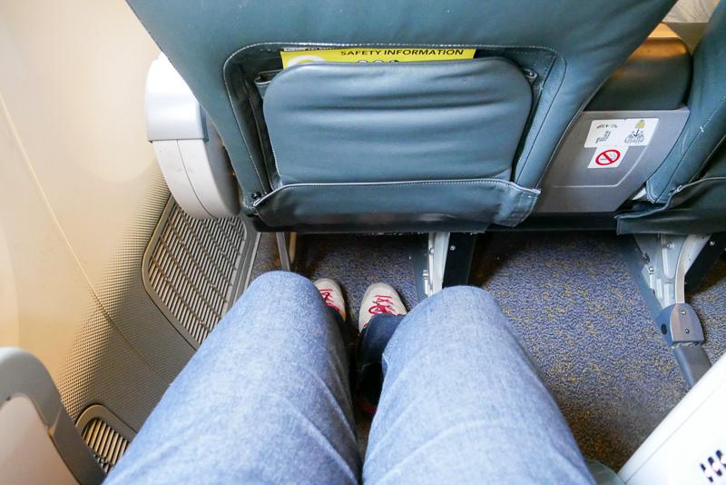 シートピッチは最小で38インチあり、足下も非常にゆったり。足を組んでもまだ余裕がある