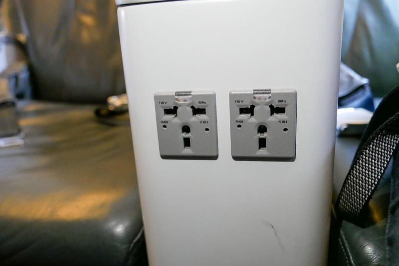 スクートビズでは、全席に用意されているシート電源を無料で利用可能