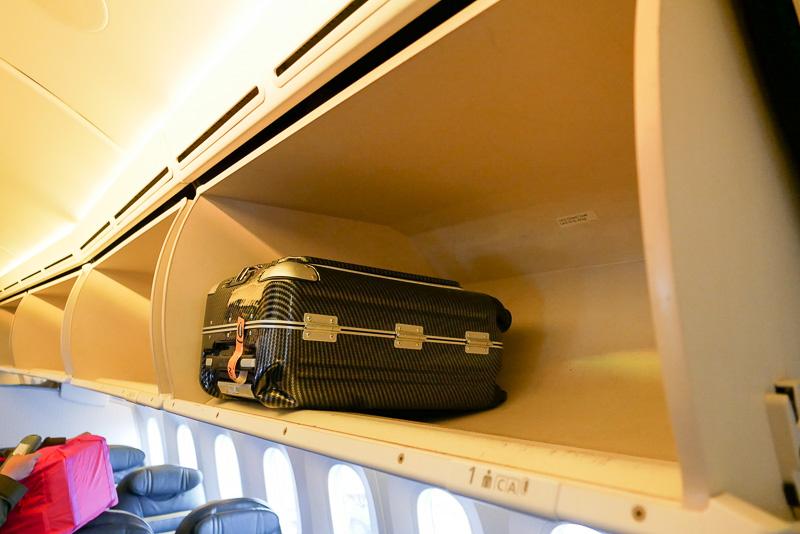 頭上の手荷物収納棚も余裕があり、比較的大きな荷物も収納できる