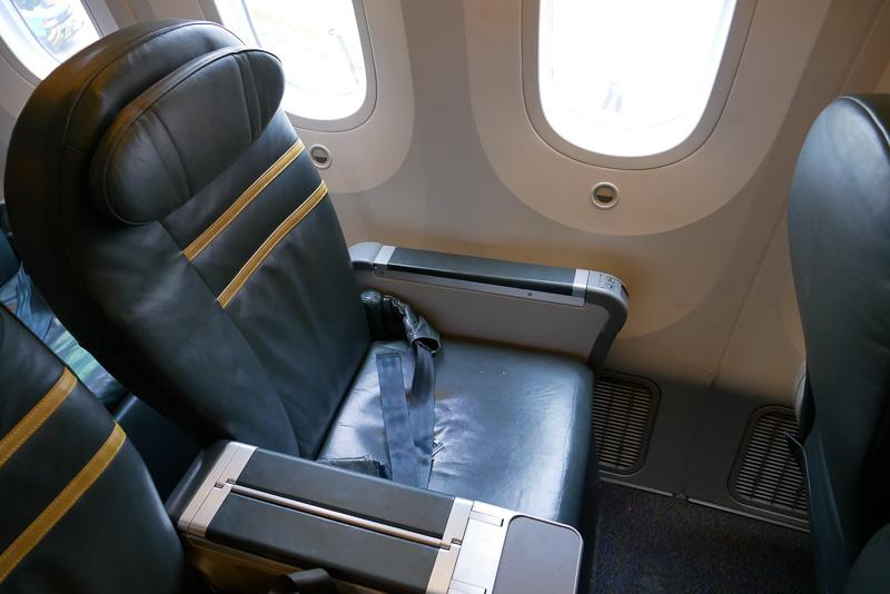実際に座ったスクートビズの座席。787型機の大きな窓で開放的な雰囲気も気持ちがよい
