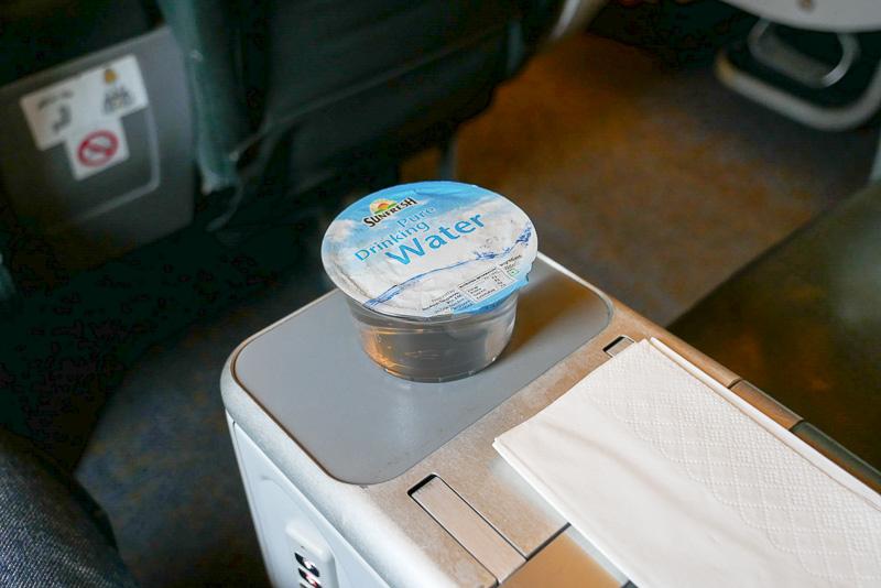 搭乗直後にウエルカムドリンクとしてミネラルウォーターが配られた。LCCではドリンクも有料なので、こういうちょっとしたドリンクもうれしい