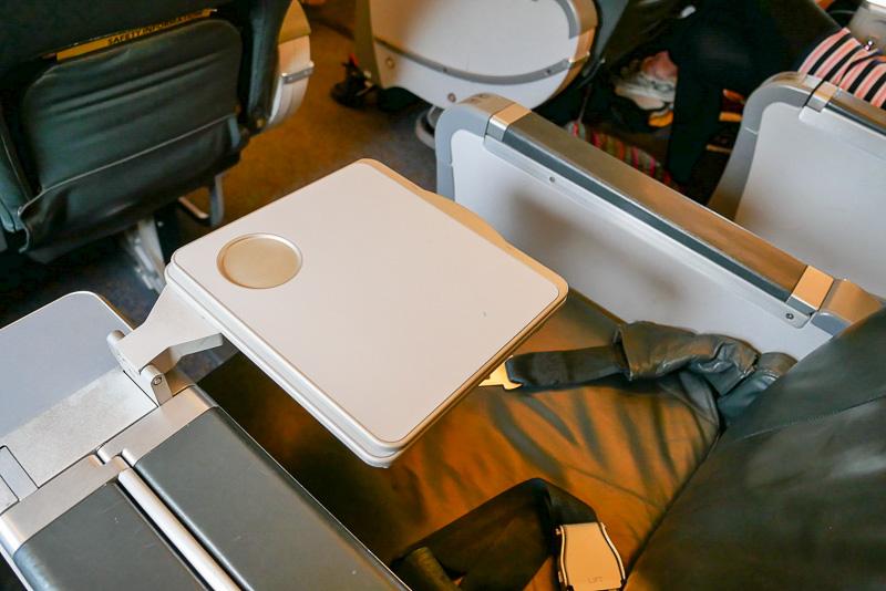 座席のテーブルは中央肘掛け内に収納されている