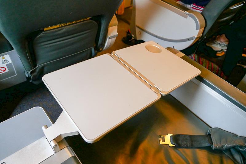 テーブルは開くと大きくなり、機内食をゆったり食べられる