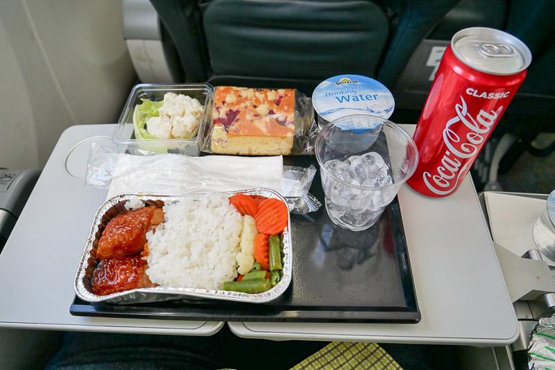 今回いただいた機内食は、「照り焼きチキンライス」。ドリンクはコーラを選択した