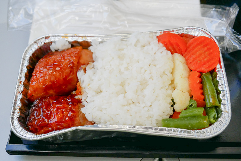 照り焼きチキンライスは日本風のメニューだが、東南アジアっぽい味わい