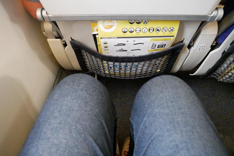 筆者は身長が180cmあり、LCCのシートでは深く座っても前の座席に膝が当たりそうになるが、スクートのシートではこぶし1つ以上のゆとりがある