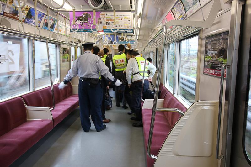 その車両すべての乗客が別の車両へ移動