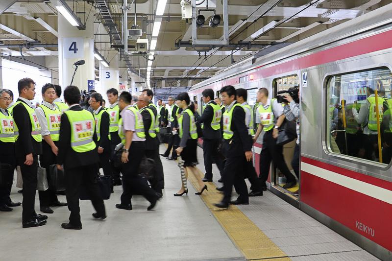 駅に到着し、乗客が全員下車
