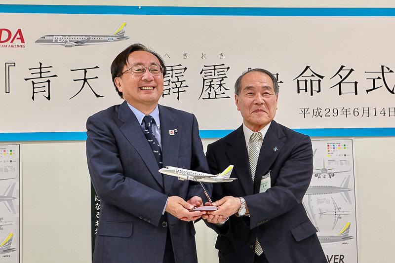 青森県知事の三村申吾氏(左)と株式会社フジドリームエアラインズ 代表取締役社長の三輪德泰氏(右)