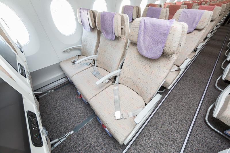 エコノミースマーティウム。座席間隔をエコノミーより3~4インチ(約7~10cm)アップしており足元が広々