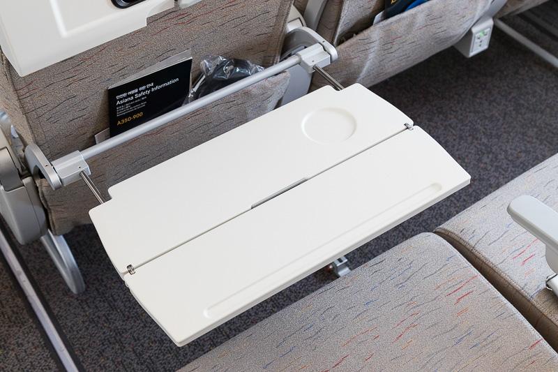 収納式のテーブルは一般的な形状