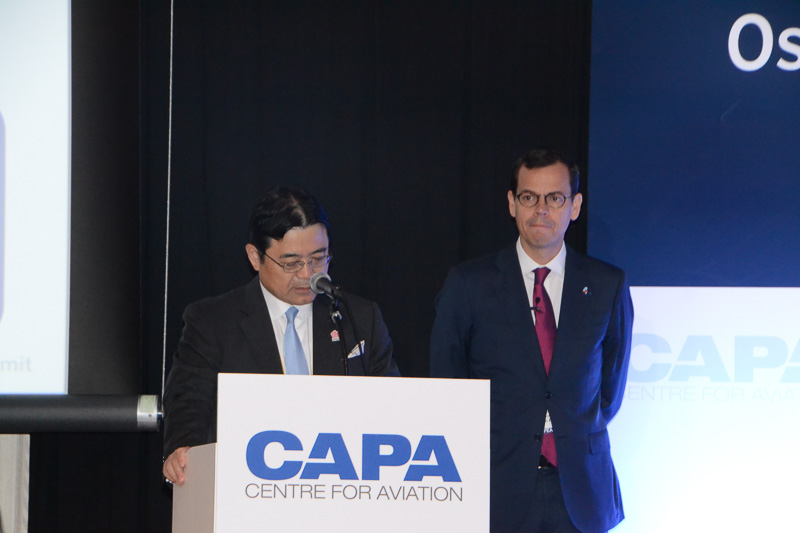 挨拶をする関西エアポート株式会社 代表取締役社長の山谷佳之氏。右は同 代表取締役副社長 エマヌエル・ムノント氏