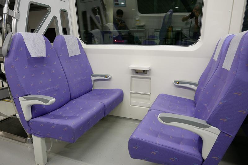 座席の向きは変更不可。このように4席向き合っている座席もある