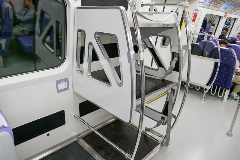車内にはこのような荷物置き場もあるが、スペースは広くない