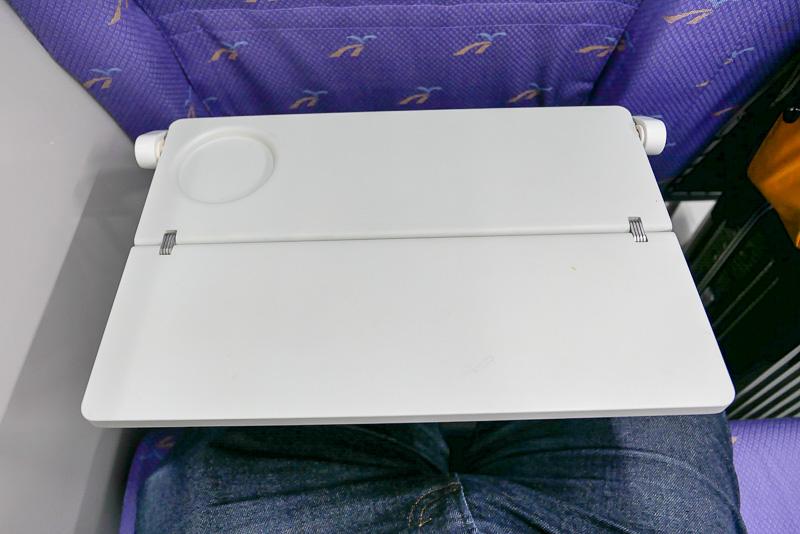 座席にはテーブルがあり、ノートPCを使った作業も可能だ