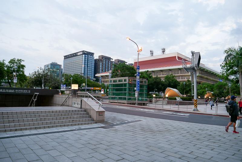 今回は、台北駅そばのホテルに宿泊したため、直接外へと移動。奥に見える茶色い屋根が台湾鉄道台北駅。1ブロックほど離れている