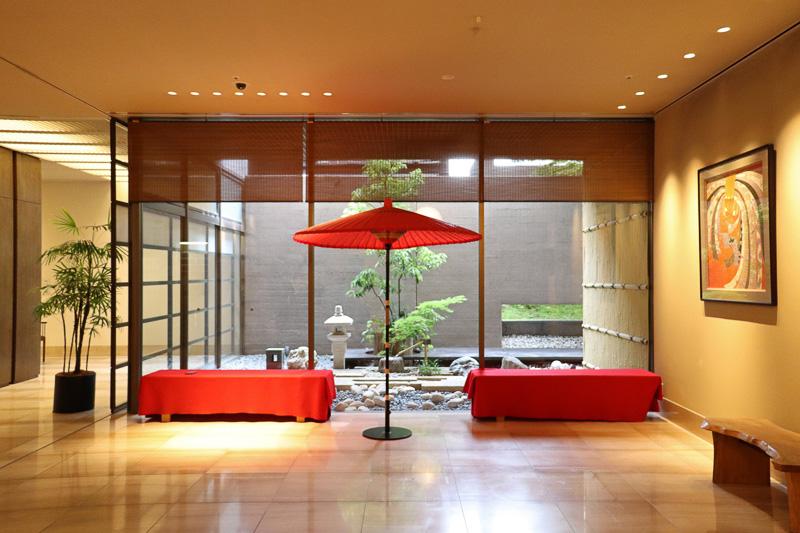 京都らしい趣向のフロント。ビジネス客からファミリー層まで利用者は幅広い
