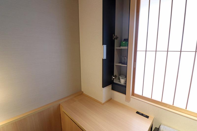 お茶などは棚の中に設置されていた