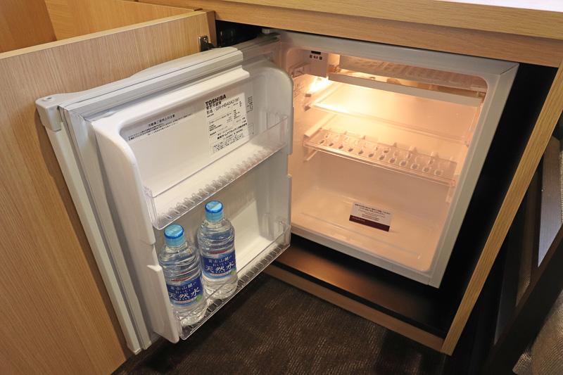 冷蔵庫には無料の水のペットボトルが用意されていた