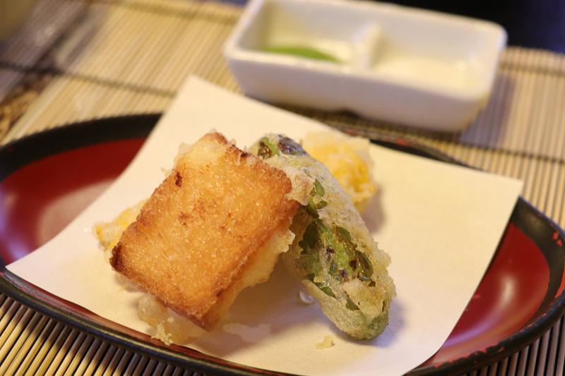 天ぷらコースの一部。えんどう豆のコロッケが絶品だった