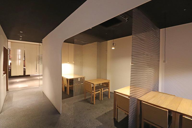 落ち着いた雰囲気で、グループで使いやすい半個室風スペースも多く作られている