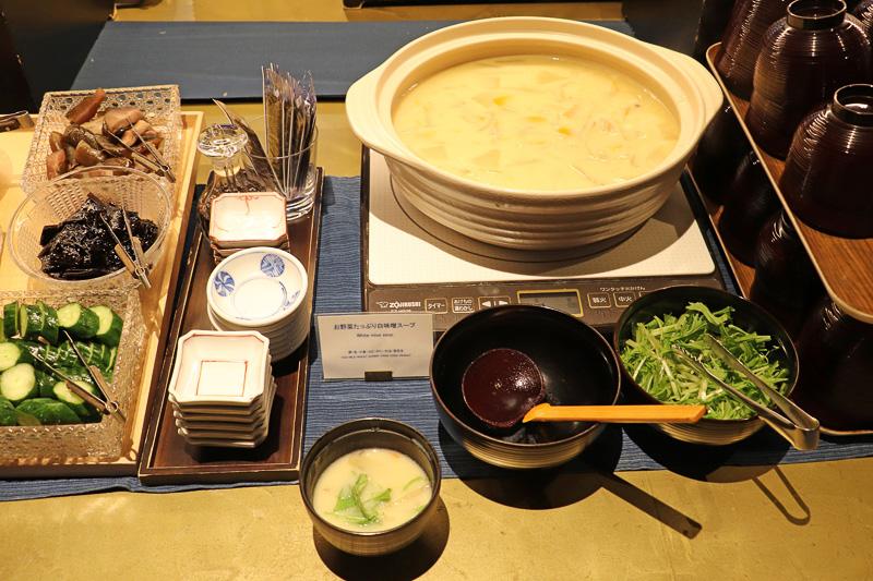 逸品メニューの「お野菜たっぷり白味噌スープ」