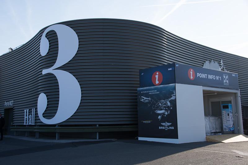 会場は多数のブースが軒を連ねるホールのほか、シャレーと呼ばれる企業単位の展示施設が並ぶ