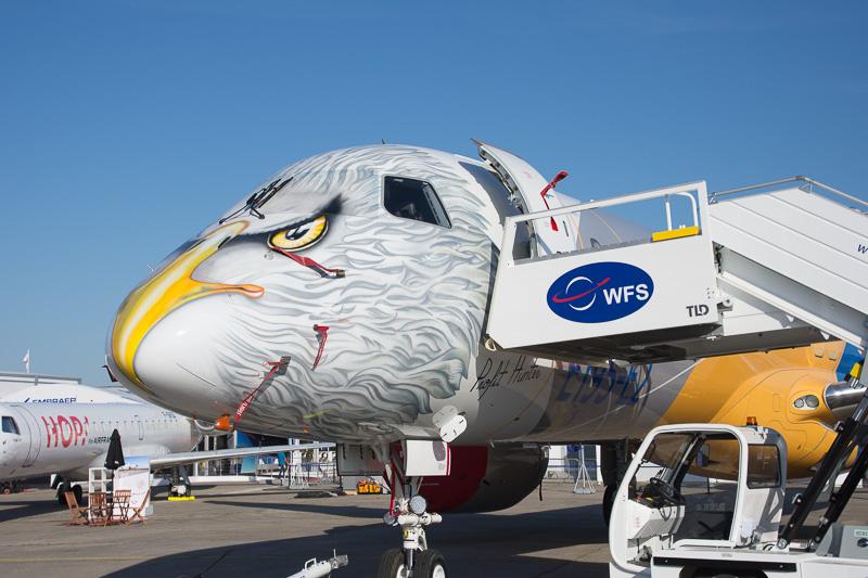 エンブラエルの「E-2」シリーズは、長胴型の「195-E2」型機を展示している